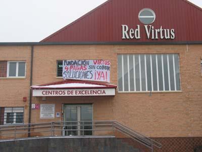 Fachada de la Fundación Virtus, con la pancarta colgada hace unos días