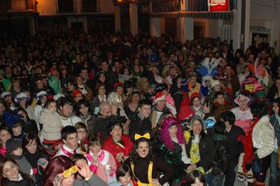 Más de 2.000 personas se concentraron en la Plaza de España para dar la bienvenida a Don Carnal