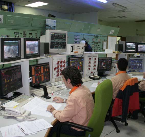 Trabajadores en un panel de Repsol Puertollano