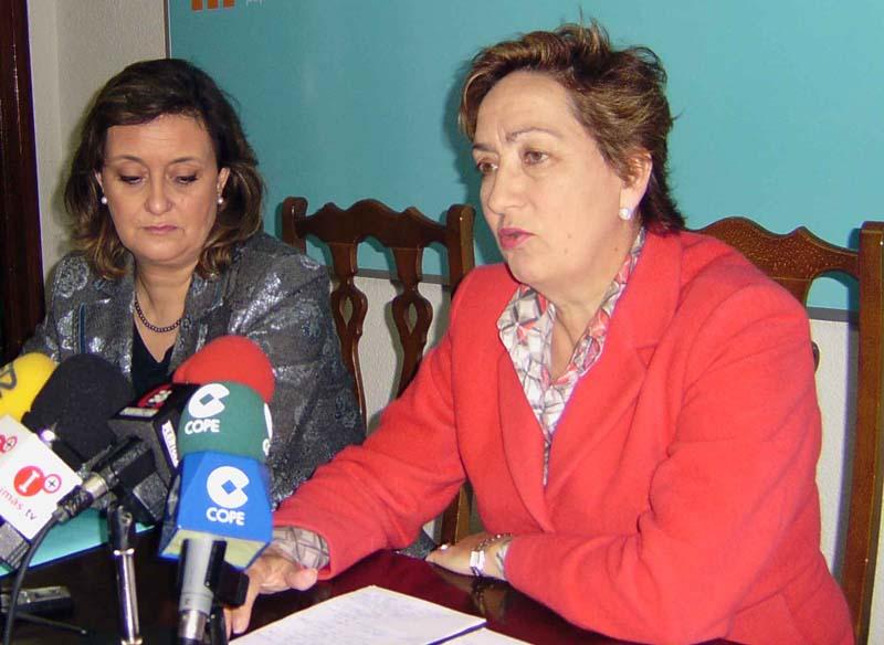 Soriano (a la derecha), acompañada de la portavoz municipal del PP, María José Ciudad