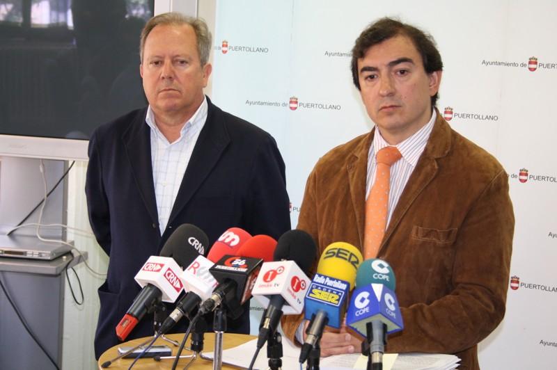 Hermoso Murillo (derecha) comparece ante los medios