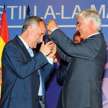 Díaz de Mera recibe una insignia regional de manos de José María Barreda