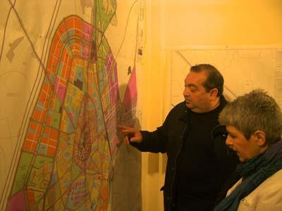Miguel Ramírez y Carmen Soánez estudiando los planos del POM
