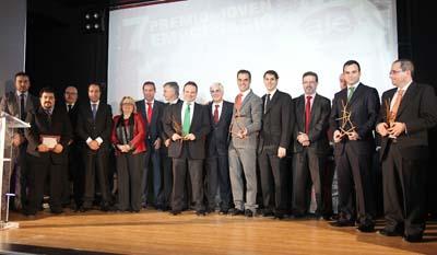 Los premiados posan junto a los representantes políticos y empresariales