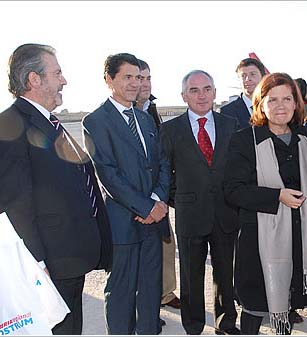 González (izquierda) y autoridades, en uno de los primeros actos del Aeropuerto