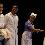 Grandes y pequeños disfrutaron con el insólito espectáculo visual de Teatro Negro de Praga