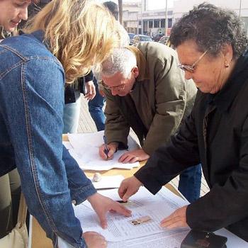 Una vecina de alc zar recoge firmas para que las for Oficina union fenosa