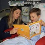 Aitor aviador y Rosalía espía conciencian sobre la discapacidad a los niños ingresados en el Mancha Centro