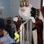 Los Reyes Magos entregan regalos a los niños y rosas a las mujeres ingresadas en el Mancha Centro