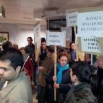 Los afectados por las preferentes en Puertollano hacen frente a su pesadilla financiera y toman una sucursal de Bankia