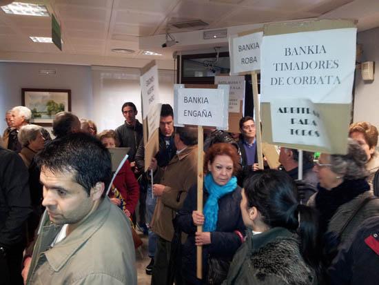 Los afectados protestan en el interior de las oficinas