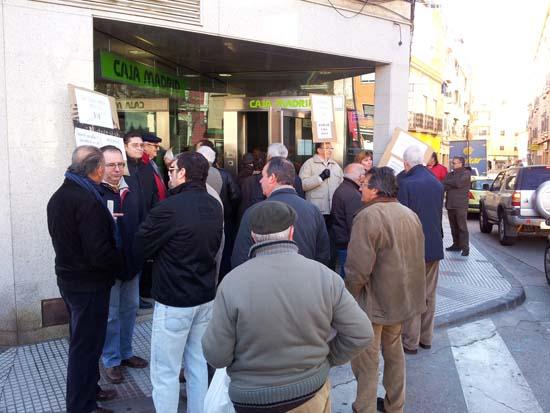 Protesta a las puertas de la entidad bancaria