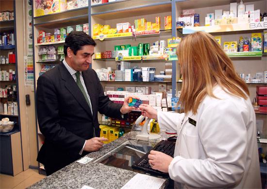 El consejero de Sanidad y Asuntos Sociales estrena el sistema de receta electrónica implantado en Toledo