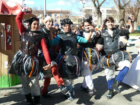 El Centro Joven de Miguelturra y la Peña Cansaliebres organizan el IV Concurso de trajes con materiales reciclados