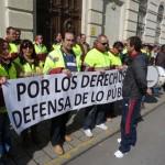Casi un centenar de trabajadores del RSU clama por su futuro a las puertas de la Diputación