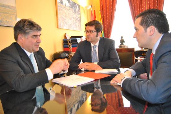 El consejero de Hacienda Arturo Romaní visita el Ayuntamiento de Tomelloso