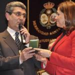 La alcaldesa de Ciudad Real recibe la medalla conmemorativa del 50 aniversario de la Hermandad de la Santa Cena