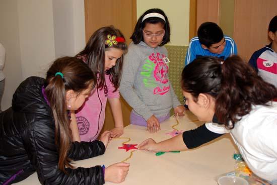 Alumnos fabrican neuronas con plastilina