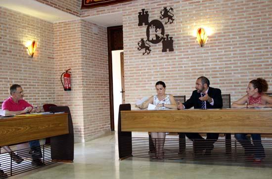 Herencia alcalde se dirige a concejales populares con Guillermo en primer plano
