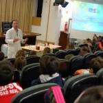 La Facultad de Químicas muestra la magia del agua a los escolares