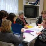 Tres maestras voluntarias enseñan a leer a vecinos de la Avenida del Parque de Manzanares