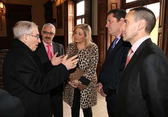 El cardenal intercambia impresiones con otros miembros del equipo de Gobierno