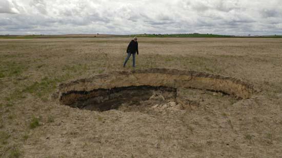 Hundimiento seco, entre Zuacorta y la Parrilla. 6 metros de diámetro y 2 de profundidad