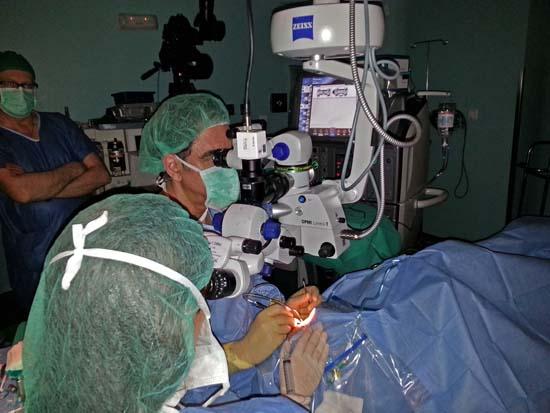 Momento de la operación en directo Dr González del Valle desde La Paz