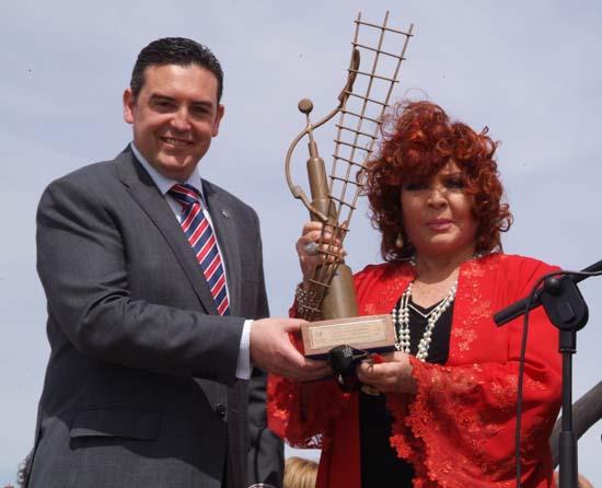 Sara recibe el título de 'Gigante universal` de manos del alcalde año 2008
