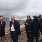 El subdelegado del Gobierno y el comisario de Aguas visitan el géiser de Bolaños de Calatrava