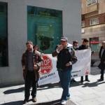 Ciudad Real: Miembros de la PAH protestan ante las puertas de Bankia, que niega la dación en pago a un propietario de VPO