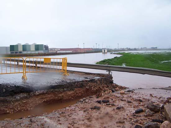 Carretera destrozada por el Azuer
