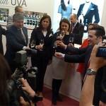 Entente cordial entre Cospedal y Nemesio de Lara: La presidenta visita FENAVIN, felicita a la organización y le ofrece formar parte de la Cumbre del Vino