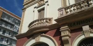 La balaustrada dañada, a la izquierda de la imagen, presenta daños y grietas en su flanco derecho