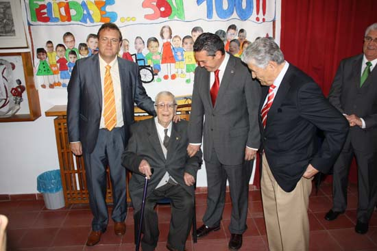 Garcia Ferrer posa con homenajeado, alcalde y presidente FEAPS