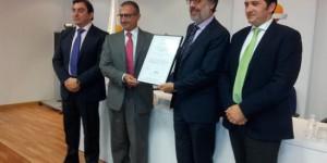 Luque recibe la certificación en compañía de las autoridades