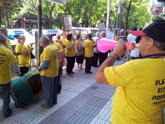 Concentración celebrada ante la sede del PP en Puertollano