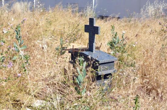 Curiosa metáfora en una zona de esconbros del Cementerio: broza, parrilla, lápida...