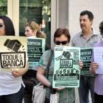 ADICAE y los afectados por los «abusos» de los bancos se concentran para pedir soluciones
