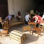 Un grupo de mujeres infanteñas ponen en valor los muebles viejos con un Taller de Restauración y Tapicería