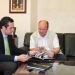 Mariano Cieza presenta al delegado de la Junta de Comunidades su libro de fotografías de paisajes manchegos