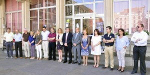 Minuto de silencio guardado por las autoridades frente al Ayuntamiento de Ciudad Real