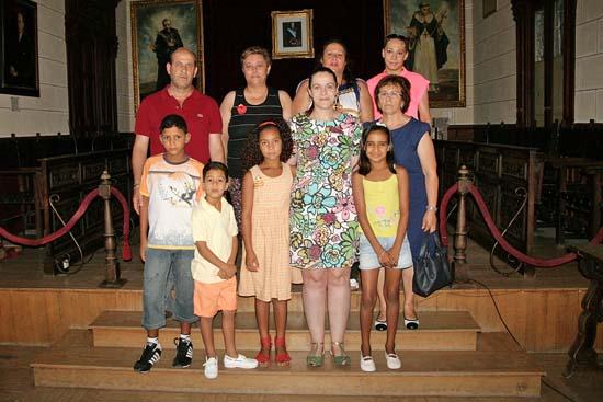 Cuatro de los cinco saharauis que este año han llegado a Almodóvar, junto a familias de acogida, Real y Cervera