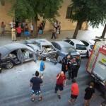 Espectacular accidente en el centro de Daimiel: Un coche que circulaba a más de 100 kilómetros por hora se empotra contra otros seis aparcados en batería