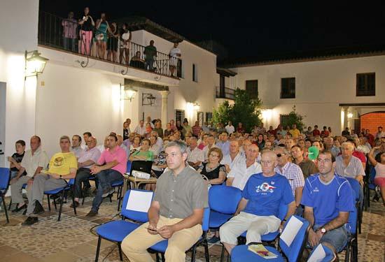 Entre el numero público que no quiso perderse el acto estuvo el alcalde de Villamayor