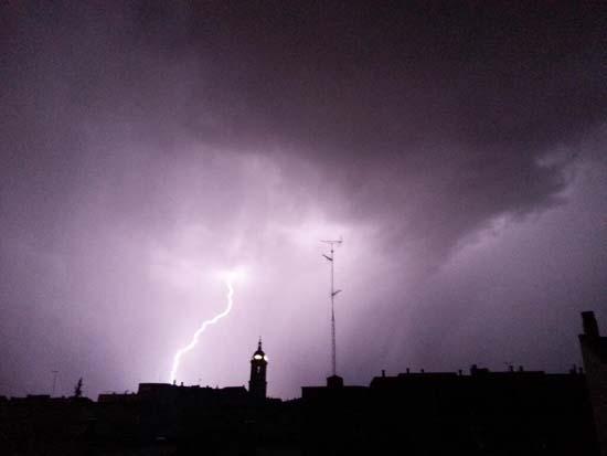 Rayos sobre la catedral de Ciudad Real. Una de las imágenes más bellas de esta noche (Pedro López Hervás-@organeando)