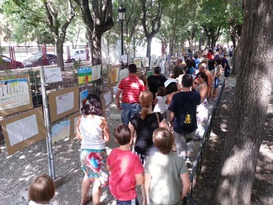 Visitantes de la exposición de trabajos de pintura rapida