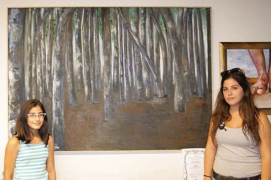 A la derecha Lucía Serrano, ganadora del accesit local de pintura