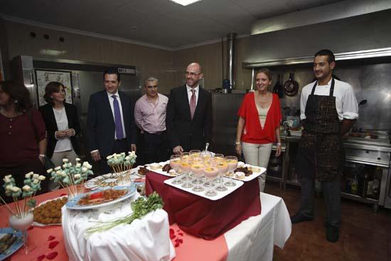 Carmen Casero visita un taller de empleo de cocina en Argamasilla de Alba-1