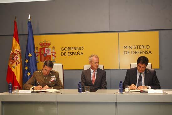Echániz firma convenio con Defensa para el uso del helipuerto de Almagro-4